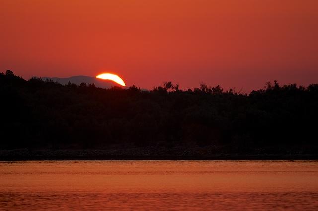Východ slunce nad mořem Nikon D90, ohnisko 300 mm (ekv. 450 mm), ISO 200, f/4, čas 1/500s, bez blesku © Michal Krause