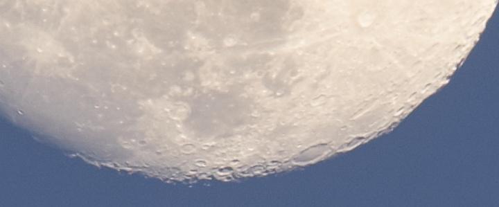 Experimentální fotografie Měsíce časem 1/15s – výřez 1:1