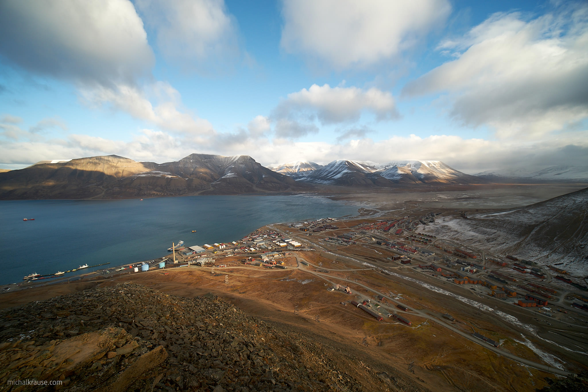 Pohled na město Longyearbyen (Špicberky)
