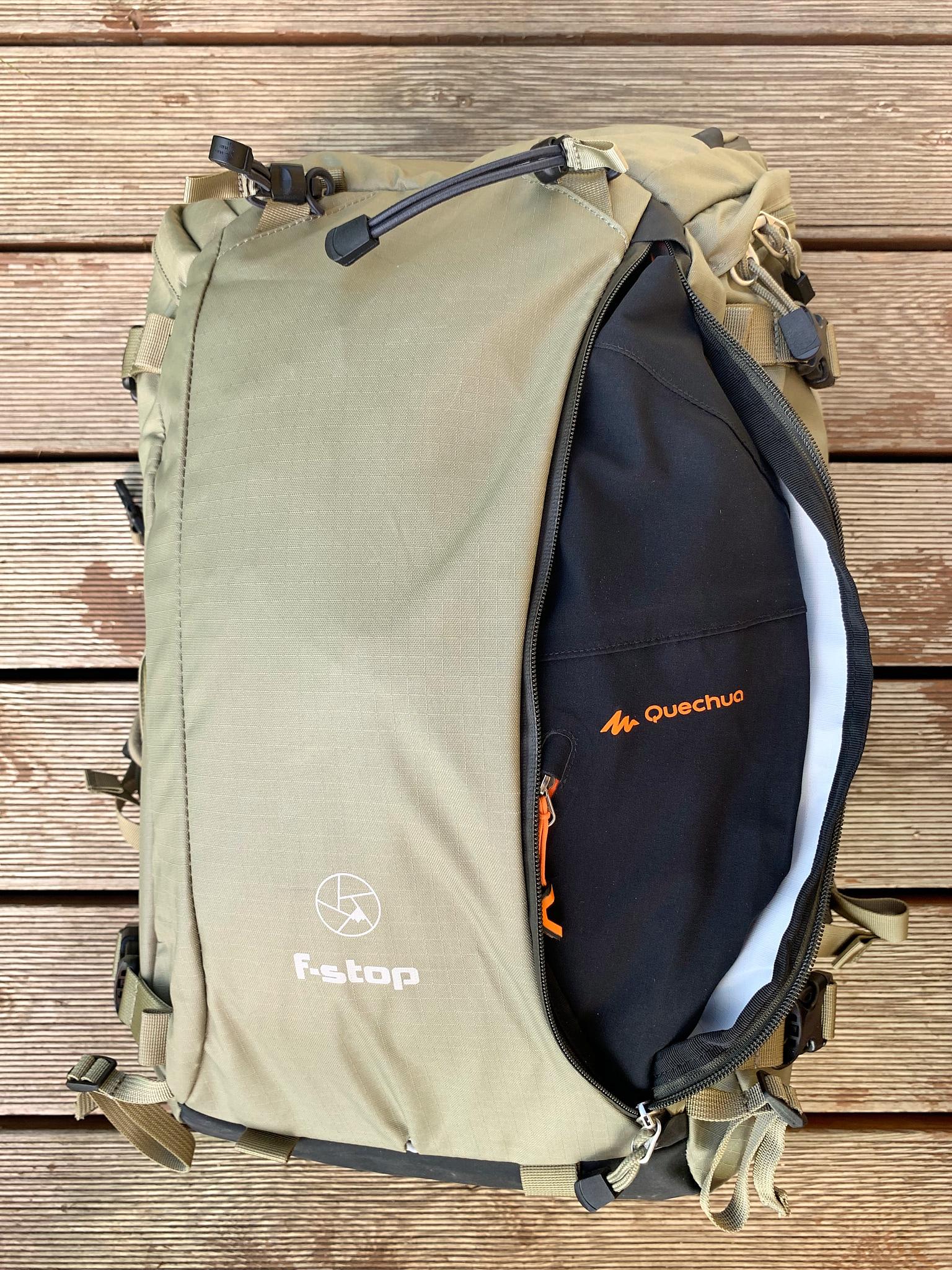 Tatáž bunda v přední kapse –sem se vejde s mírně větší rezervou.