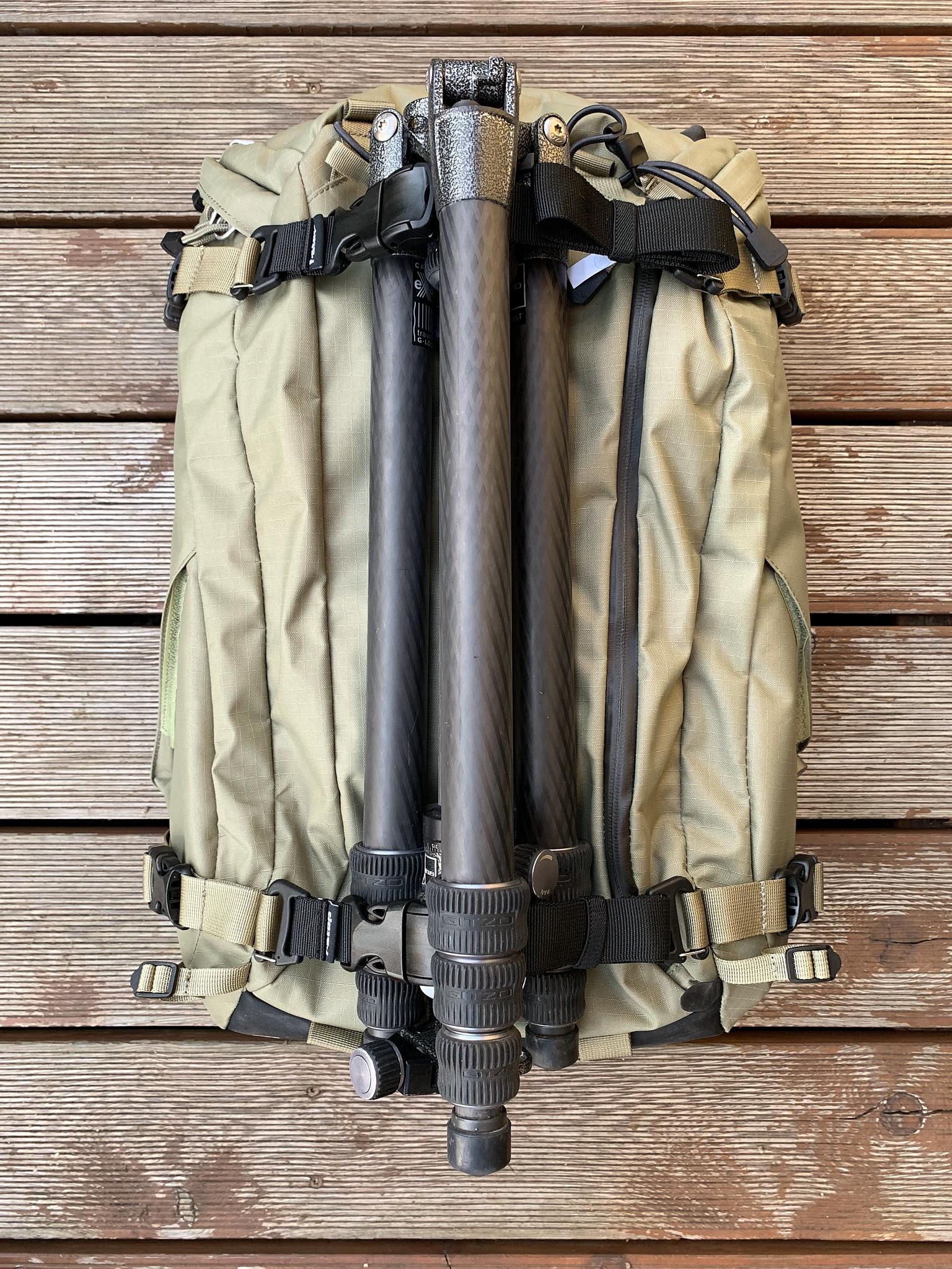 Stejné popruhy umístěné na přední straně batohu mohou sloužit třeba k upevnění stativu.