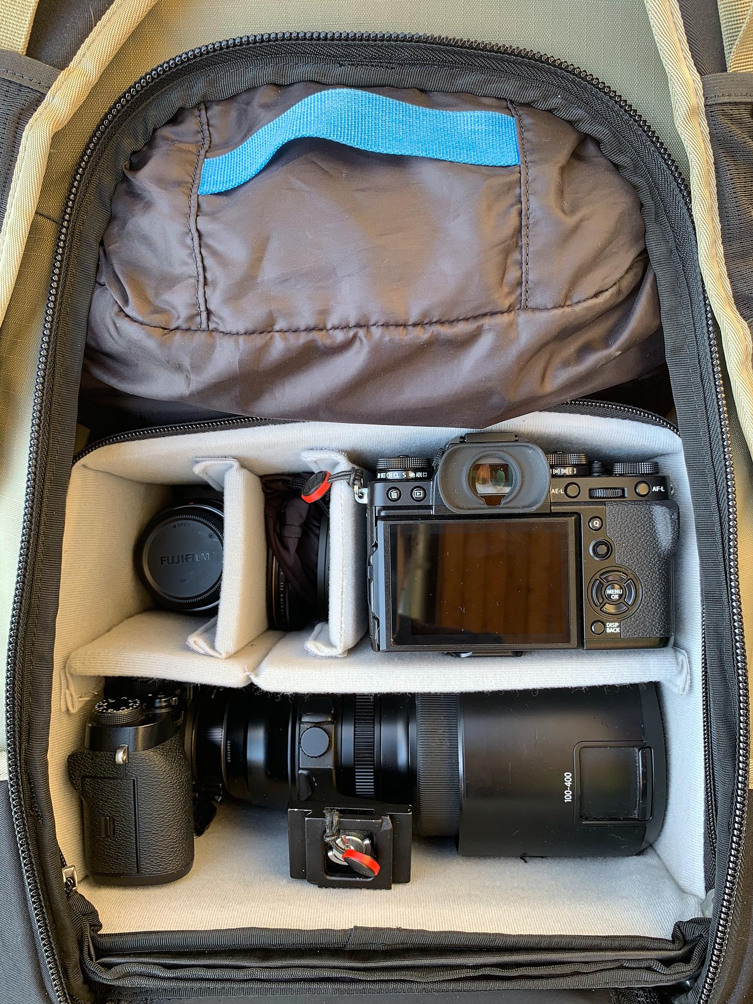 Pohled dovnitř batohu s vloženým ICU Small Pro. Hlubší verze vložek dovolují vložit fotoaparát gripem nahoru, jak je vidět dole u mé X-T2 s objektivem XF100-400mm, a případně i objektivem dolů (zde X-T3 s objektivem XF16mmF1.4 – vejde se takto i s nasazenou clonou).