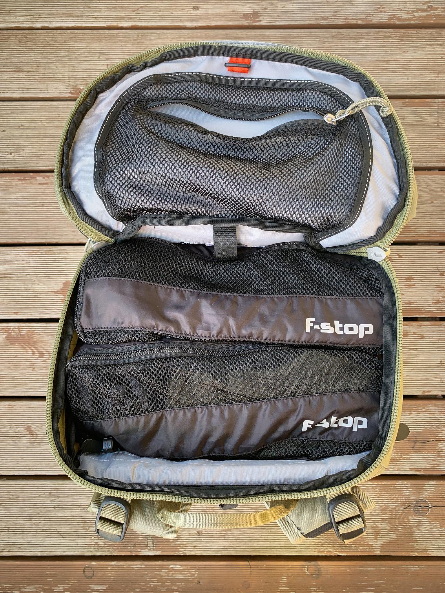 Velký horní vstup do batohu umožňuje snadno vložit a vyjmout i objemnější věci.