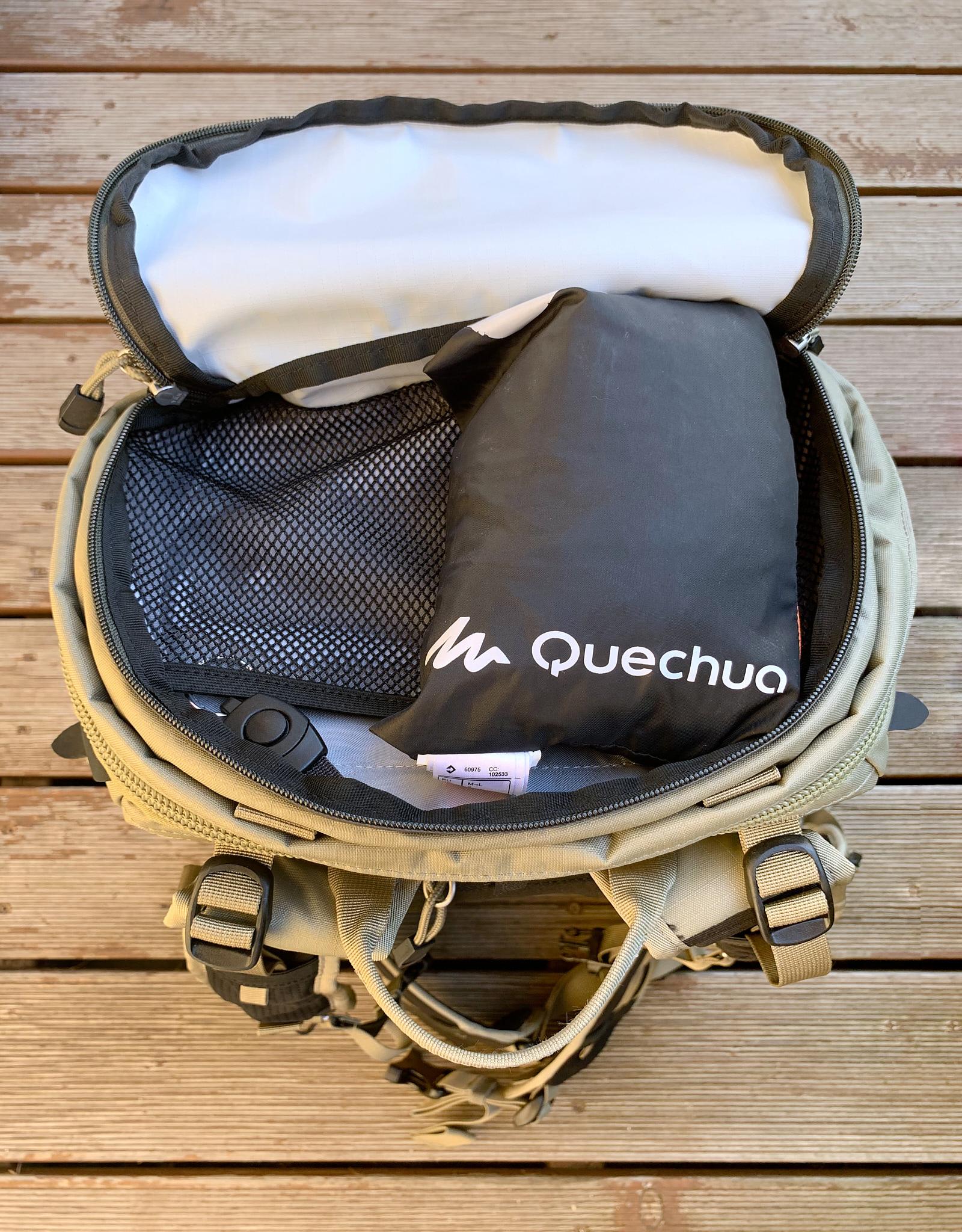 Skladná nepromokavá bunda nezabere ani polovinu horní kapsy. Na obrázku je vidět i síťovaná přepážka a odepínací poutko.