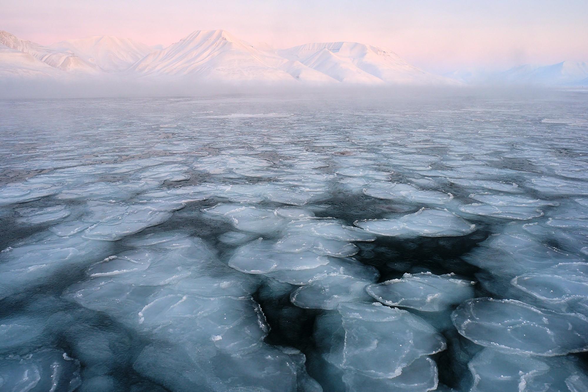 Nízké slunce zabarvuje hory do netradiční růžové barvy (Fujifilm X-T3 + XF16mmF1.4 R WR, f/10, 1/15s, ISO400)
